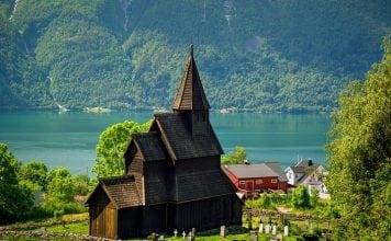 dovod-na-usmev-zub-casu-norsky-dreveny-kostol-pri-jazere